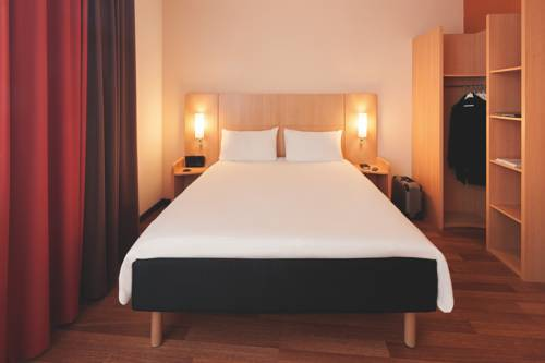 ibis cannes plage la bocca cannes autour de la principaut de monaco cannes. Black Bedroom Furniture Sets. Home Design Ideas